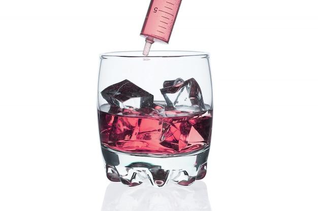 Un verre de whisky avec des glaçons sur blanc. Photo Premium