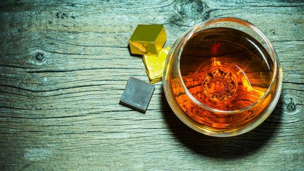 Verre à whisky et vue de dessus au chocolat. Photo Premium