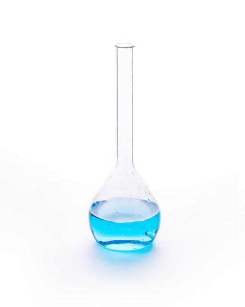 Verrerie de laboratoire avec liquide de couleurs bleues. Photo Premium