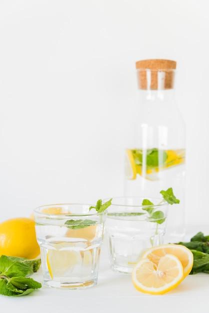 Verres et bouteille avec boisson au citron et à la menthe Photo gratuit