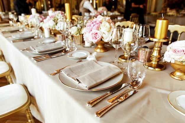 Verres Brillants Et Couverts Sur La Table à Manger Décorée Photo gratuit