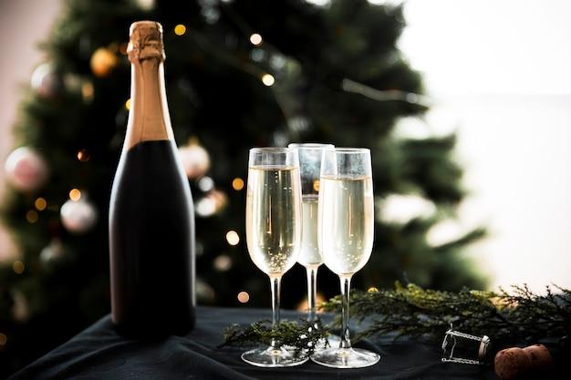 Verres à champagne avec bouteille Photo gratuit