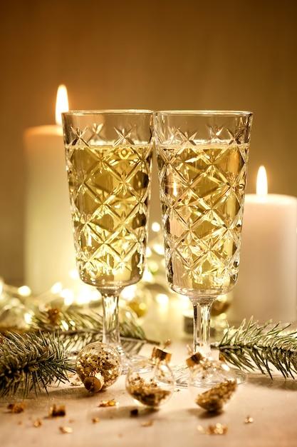 Verres à champagne. fête de noel et nouvel an Photo Premium