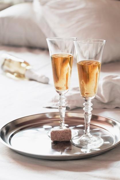 Verres à Champagne Mousseux Sur Un Plateau Photo gratuit