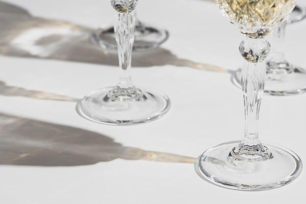 Verres de champagne avec des ombres Photo gratuit