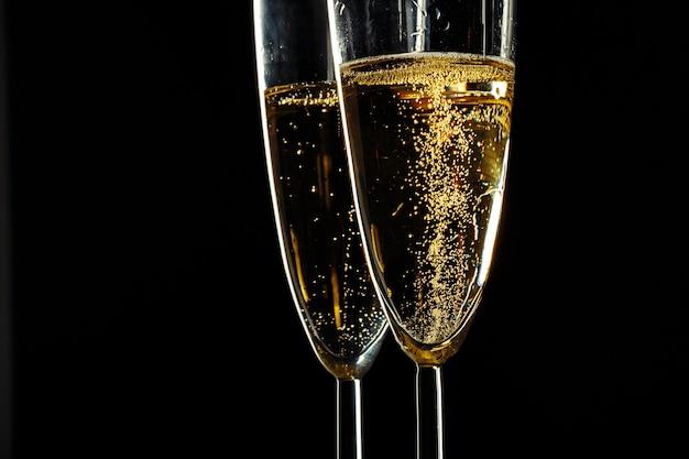 Verres à Champagne Pour Fêtes Sur Fond Sombre Photo Premium