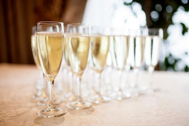 Verres à champagne sur la table Photo Premium