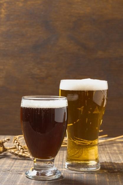 Verres De Copie Avec De La Bière Ayant De La Mousse Photo gratuit