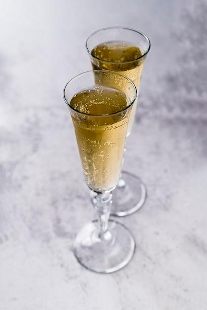 Verres Remplis De Champagne Sur Une Surface De Béton Photo gratuit