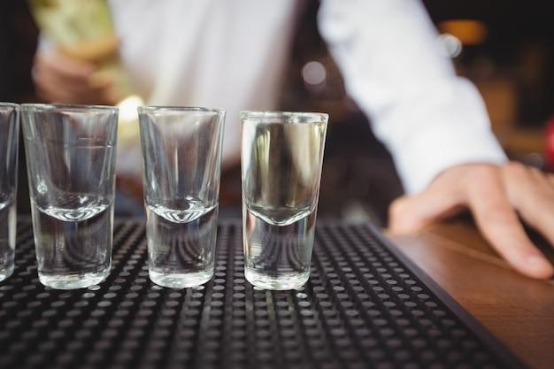 Verres à Shot Vides Sur Le Comptoir Du Bar Photo gratuit