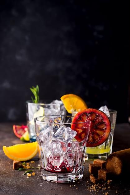 Verres de spritz apéritif apéritif cocktail avec des tranches d'orange et des glaçons Photo Premium
