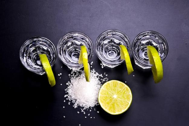 Verres de tequila au bar Photo gratuit