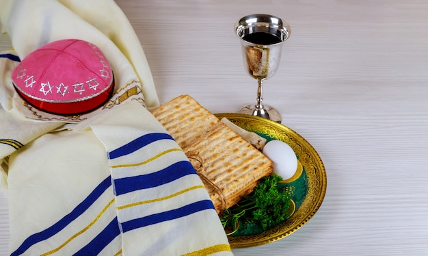 Verres à vin casher rouges de matzah ou matza haggadah de pâque sur un fond en bois vintage Photo Premium