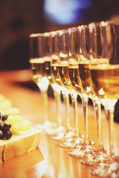 Verres à vin mousseux champagne stand dans la rangée au bar, restauration Photo Premium