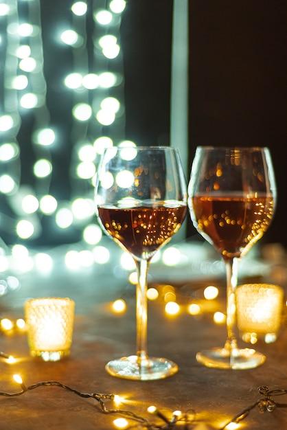 Verres à Vin Sur Une Table Bokeh Fond Bac Photo gratuit