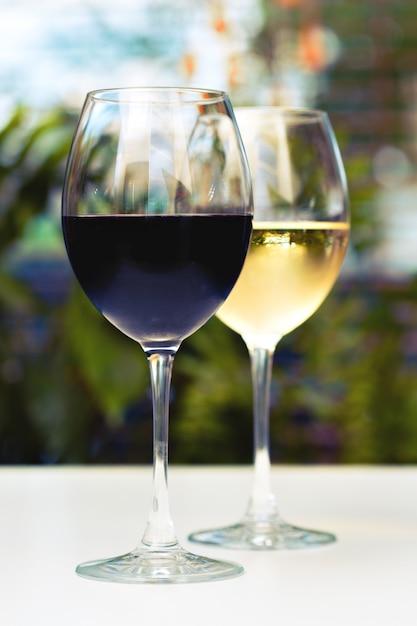 Verres à vin sur la table Photo Premium