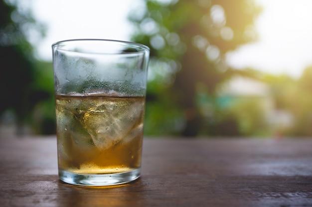 Verres de whisky avec des glaçons sur bois. Photo gratuit