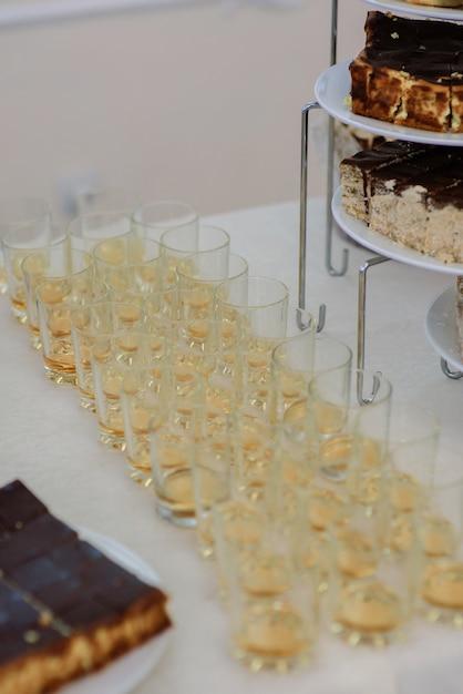 Verres à Whisky Sur Une Table De Dîner Blanc Photo Premium