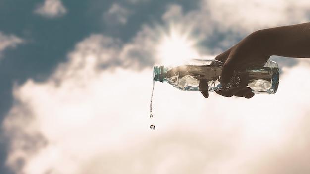 Verser une bouteille en plastique transparent d'eau potable pure Photo Premium