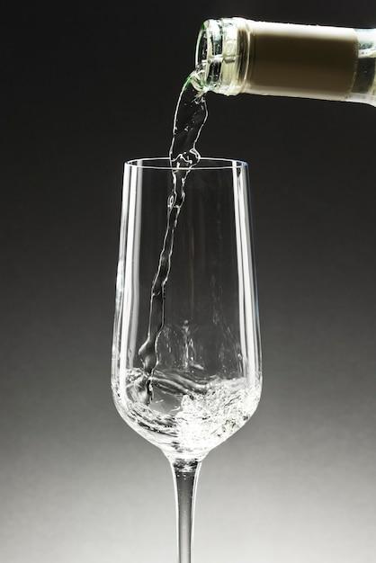 Verser Le Champagne Dans Un Verre à Flûte Photo gratuit