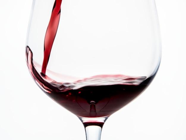 Verser un verre de vin rouge Photo gratuit