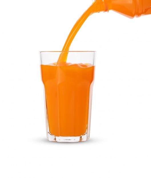 Versez Le Jus D'orange En Verre Sur Fond Blanc Photo Premium