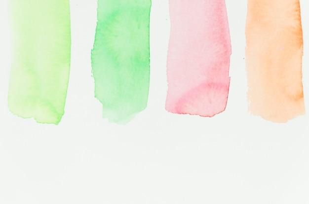 Vert; coup de pinceau rouge et orange sur fond de papier blanc Photo gratuit