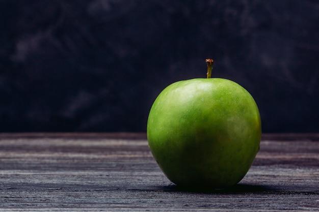 Vert Pomme Mûr Sur Une Table En Bois Photo Premium