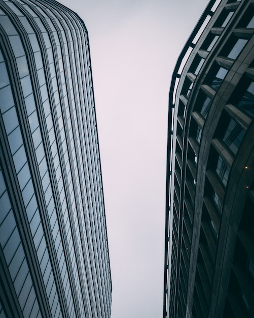 Vertical Vers Le Haut Des Immeubles Commerciaux Modernes Avec Un Ciel Blanc Photo gratuit