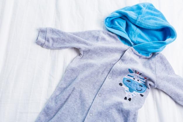 Vêtements bébé garçon sur blanc Photo Premium