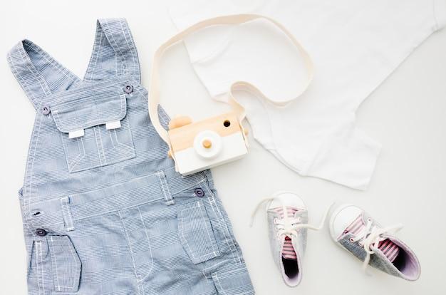 Vêtements De Bébé Plats Avec Appareil Photo Photo gratuit