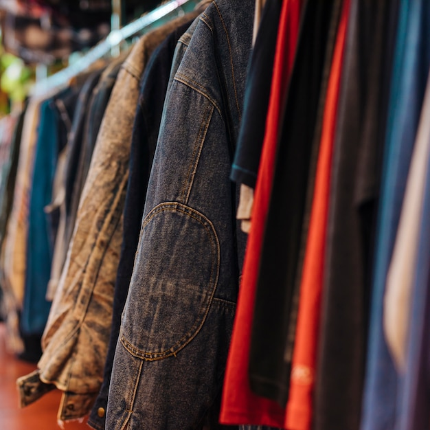 Vêtements sur cintre à la boutique moderne Photo gratuit