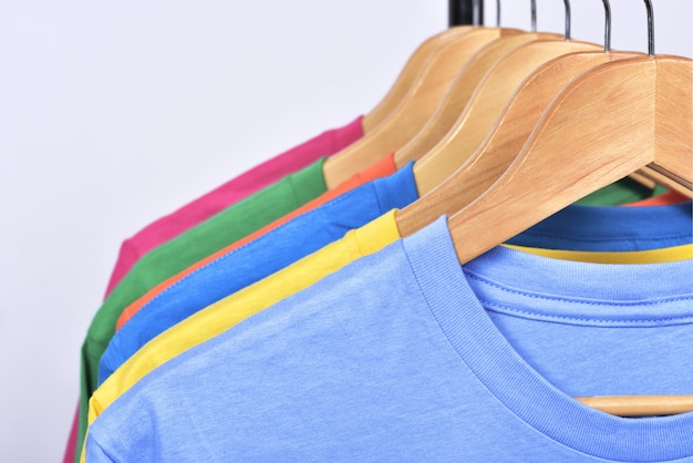 Des vêtements colorés pendent sur une étagère après le lavage Photo Premium