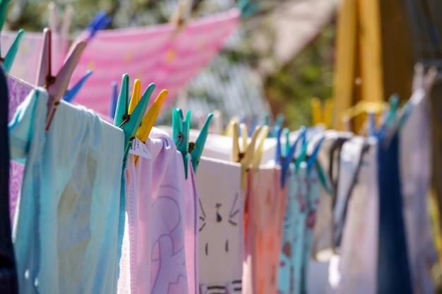 Vêtements de couleur suspendus dans le jardin Photo Premium