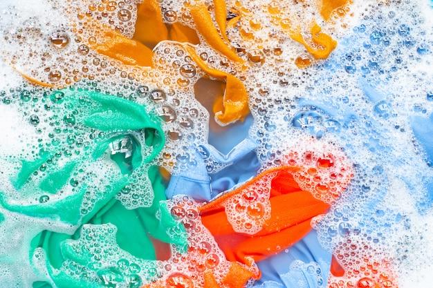 Les vêtements de couleur trempent avant de se laver. Photo Premium