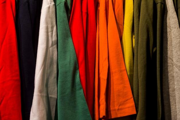 Vêtements dans un magasin de vêtements Photo gratuit