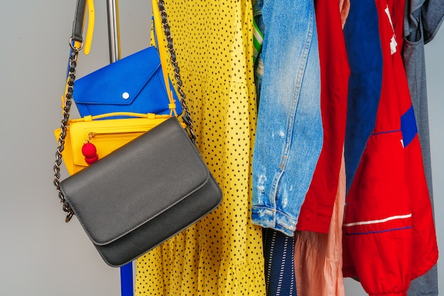 Vêtements Différents Colorés De Femme Sur Cintre Bouchent Photo Premium