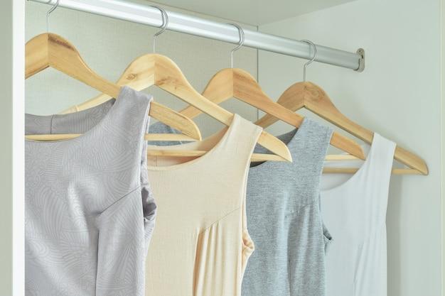 Vêtements féminins sur des cintres dans une armoire Photo Premium