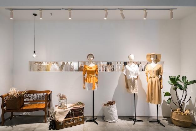 Vêtements de mode pour femmes dans les vitrines des centres commerciaux Photo Premium