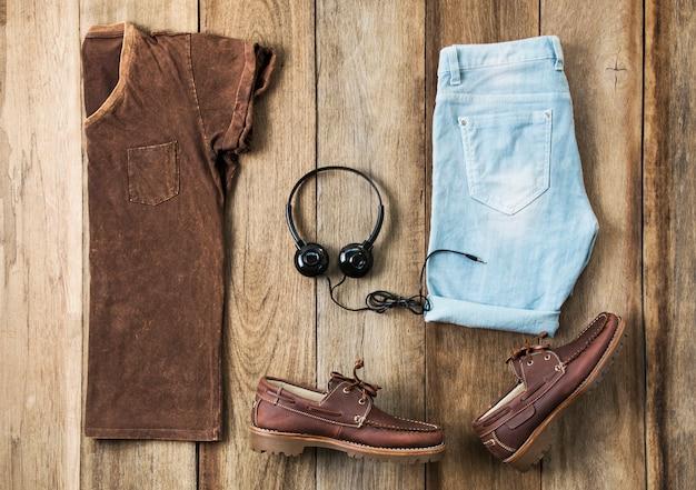 Vêtements de mode pour hommes sur bois, vue de dessus Photo Premium