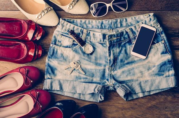 Vêtements pour femmes, placés sur un plancher en bois Photo Premium