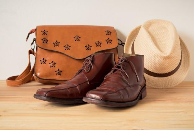 Vêtements pour hommes sur le plancher en bois Photo Premium