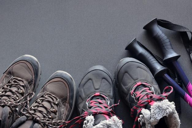 Vêtements de randonnée pour femmes et hommes, composés de bottes, d'un sac à dos, d'une bouteille d'eau et de cannes Photo Premium