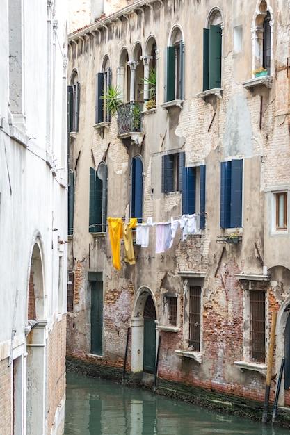 Vêtements séchant suspendus haut à venise italie Photo Premium
