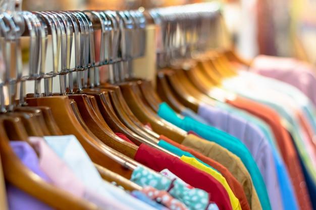 Vêtements de seconde main sur cintre au bazar de la rue Photo Premium