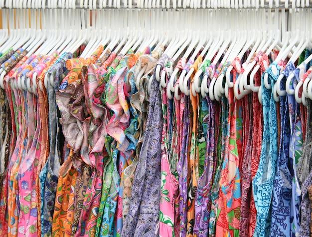 Les vêtements sont suspendus à un cintre Photo Premium