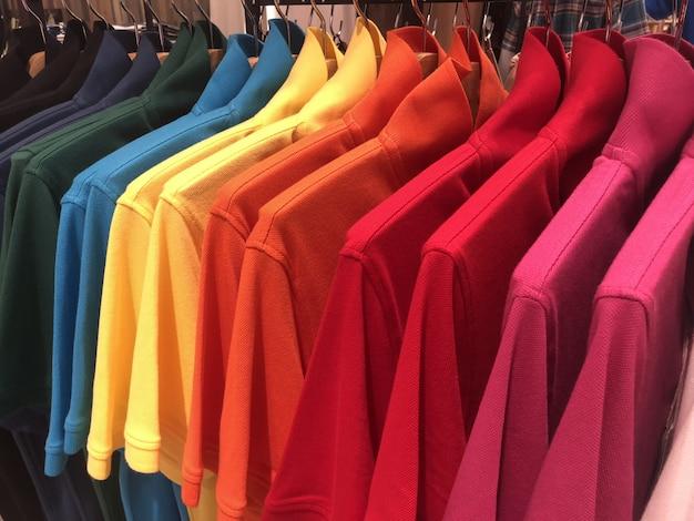 Vêtements suspendus à des cintres Photo Premium