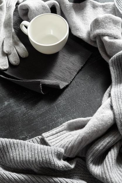 Vêtements De Tricot Et Tasse De Boisson Photo Premium
