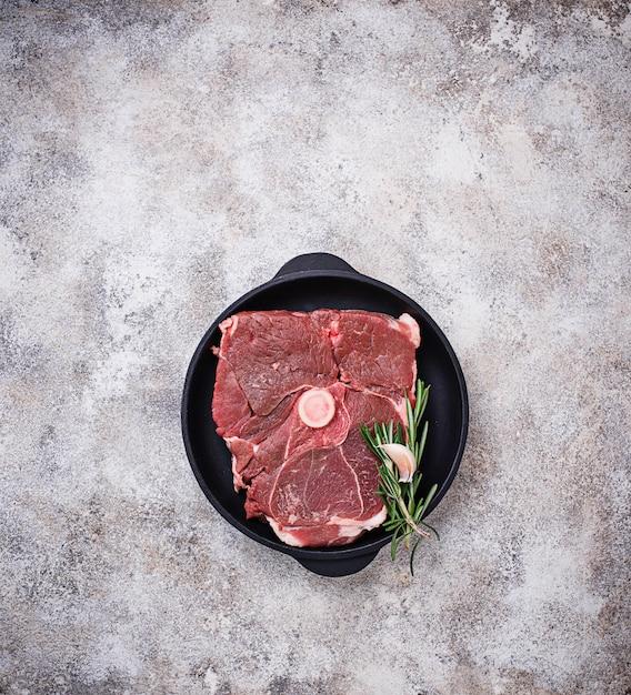 Viande d'agneau au romarin et épices Photo Premium