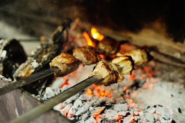 Viande au four sur le gril Photo Premium